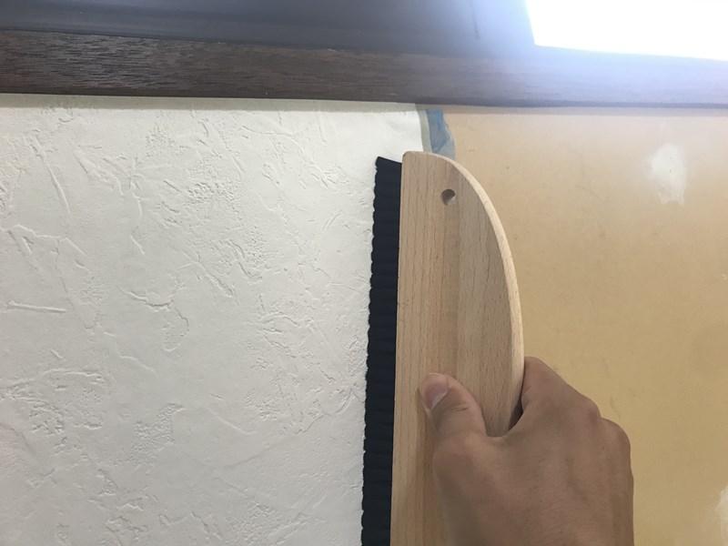 クロス貼り_壁紙をハケで接着