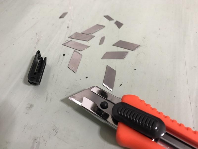 クロス貼り_カッターナイフの刃
